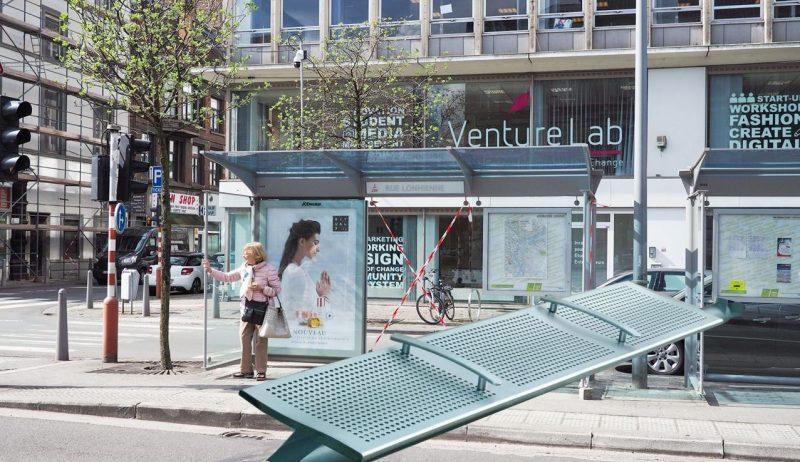 Nouveaux dispositifs anti-SDF sur les bancs des abribus liégeois