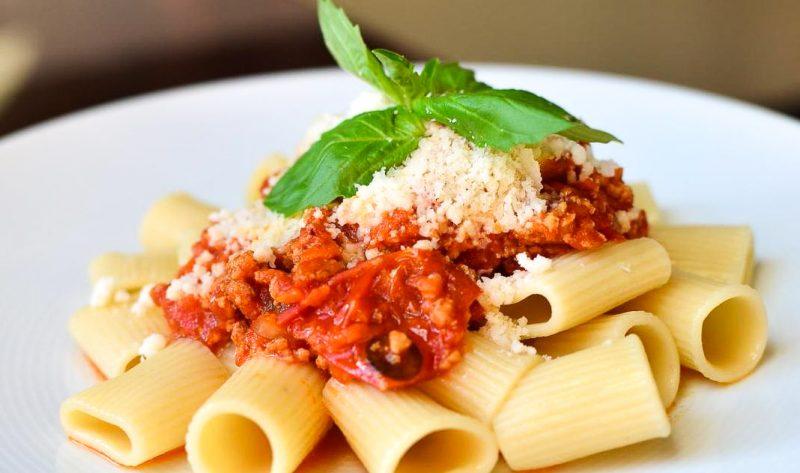Un restaurant propose une assiette de rigatoni bolognaise à 1€50