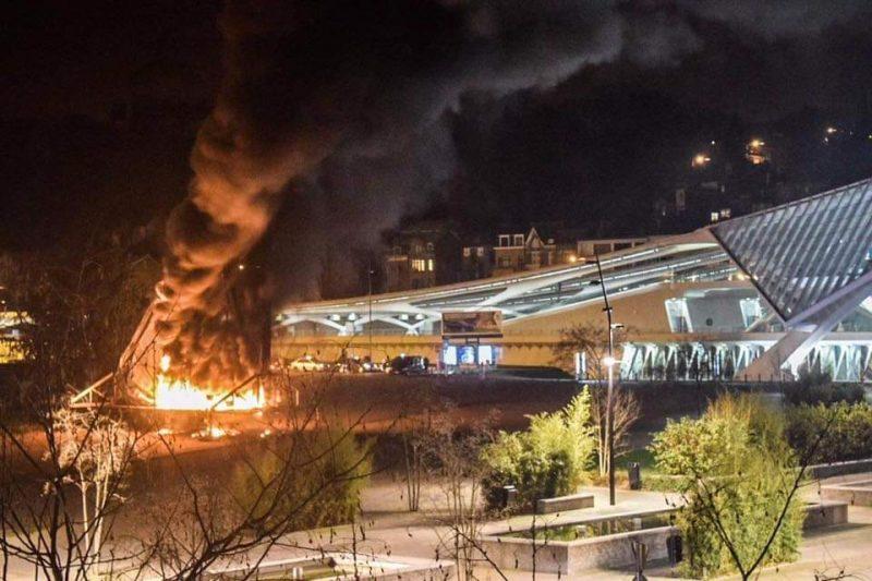 Le panneau publicitaire de 180m² situé aux Guillemins a été incendié