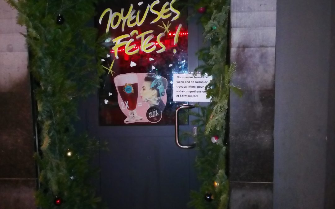 Les scellés sur la porte d'entrée du café Elmas dans le Carré camouflés par un écriteau ?