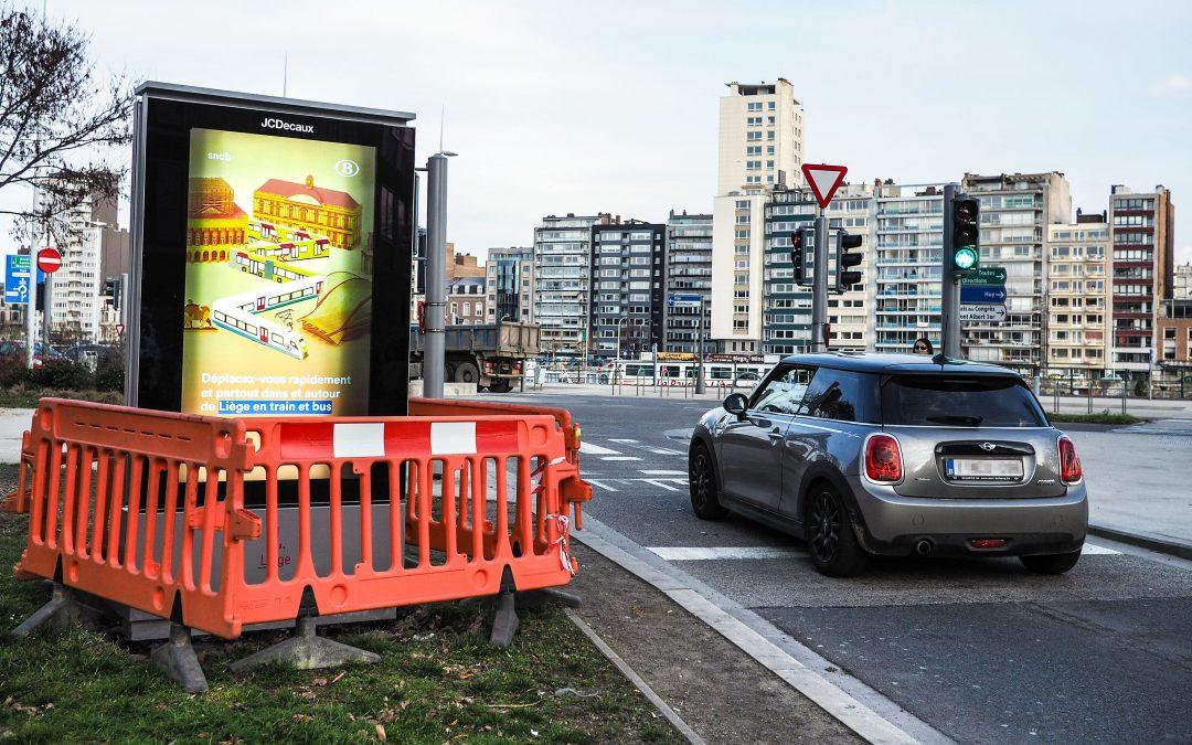 Placé à un carrefour, ce nouveau panneau publicitaire vidéo soulève un problème de sécurité