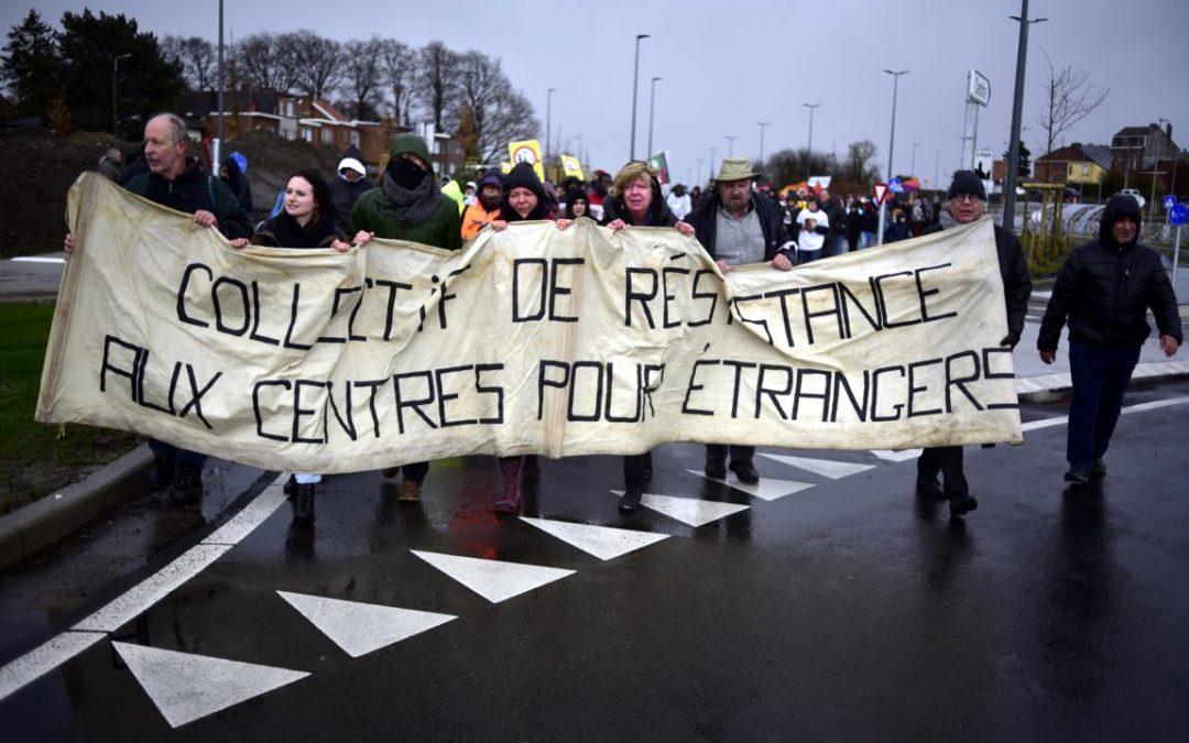 """Des centaines de personnes ont marché contre l'existence du """"camp de la honte"""" à Vottem"""