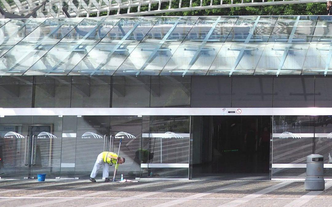Des bancs enlevés dans l'entrée de la gare des Guillemins pour éviter que les SDF les squattent