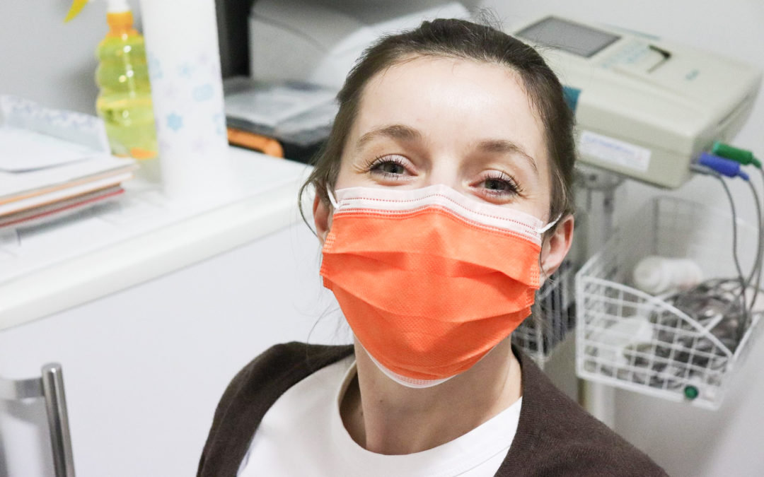 Distribution de masques chirurgicaux destinés aux infirmier·e·s aujourd'hui boulevard de la Constitution