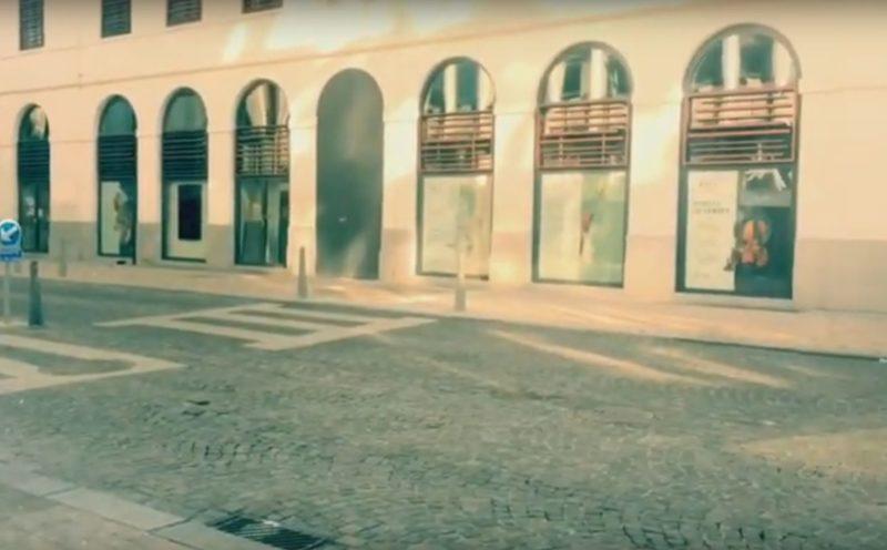 Cette vidéo artistique montre les rues du centre-ville complémentent désertes