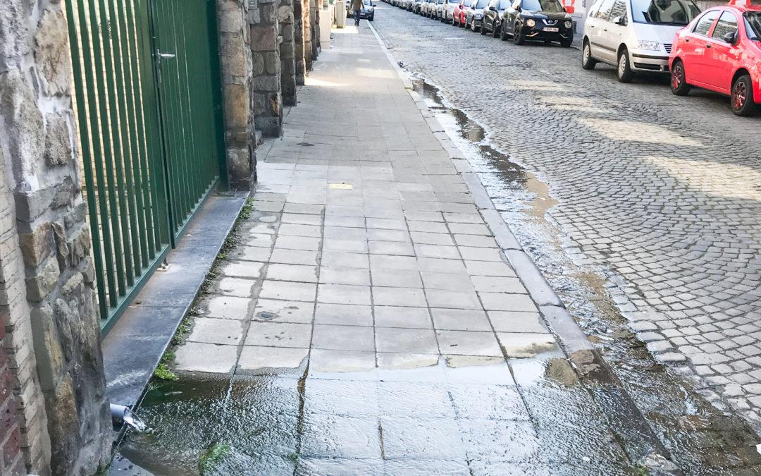 Des dizaines de mètres cubes d'eau s'écoulent pour rien dans le caniveau rue des Franchimontois