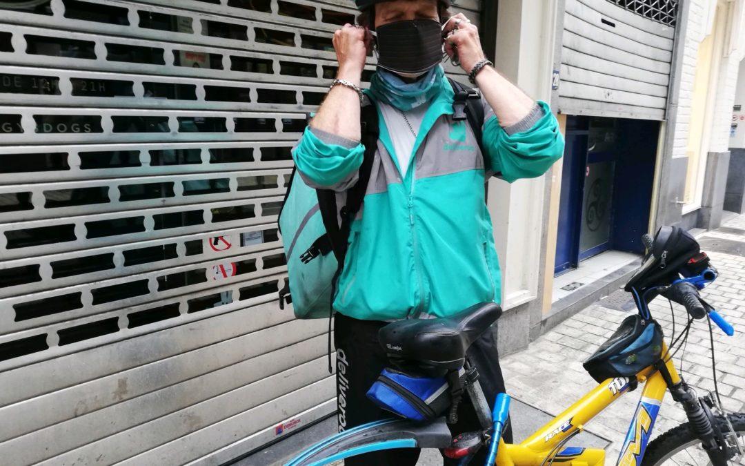 Un collectif distribue du matériel de protection aux coursiers à vélo