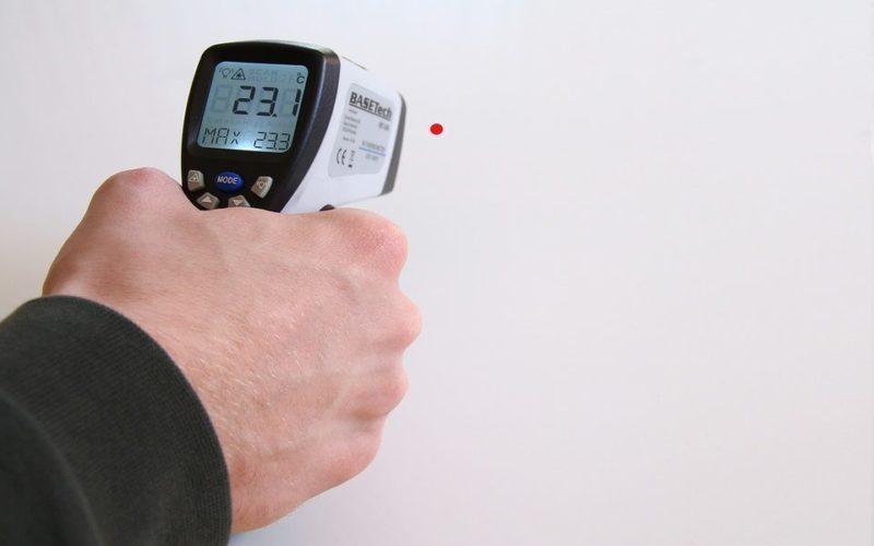 Prise de température à l'entrée des bars, des aéroports ou des piscines: pas efficace et une possible atteinte à la vie privée