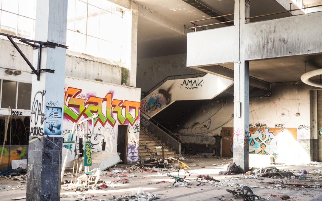 Laissée aux vandales l'ancienne patinoire de Coronmeuse se délabre: visite à l'intérieur