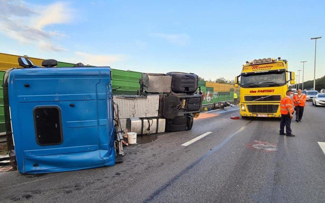 Files ce matin: un camion verse sur le flanc sur l'E40 à Herstal