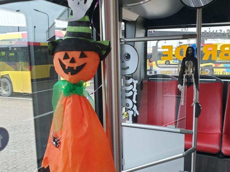 Un bus du TEC décoré à l'intérieur sur le thème d'Halloween