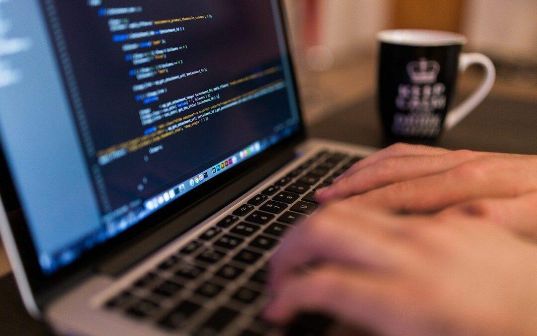 Ethias et NRB donnent leurs ordinateurs portables en fin de cycle au profit de jeunes en fracture numérique