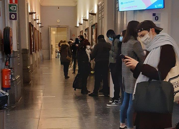 La précarité de certains étudiants se voit dans la longue file de distribution des paniers alimentaires