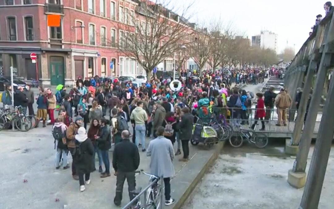 La manifestation pour le secteur culturel vire en gros carnaval improvisé à Saint-Léonard