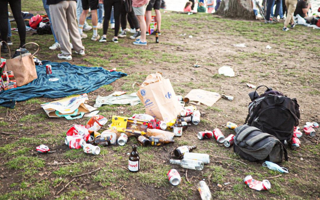 Encore beaucoup de monde et trop de déchets jetés par terre au parc de la Boverie