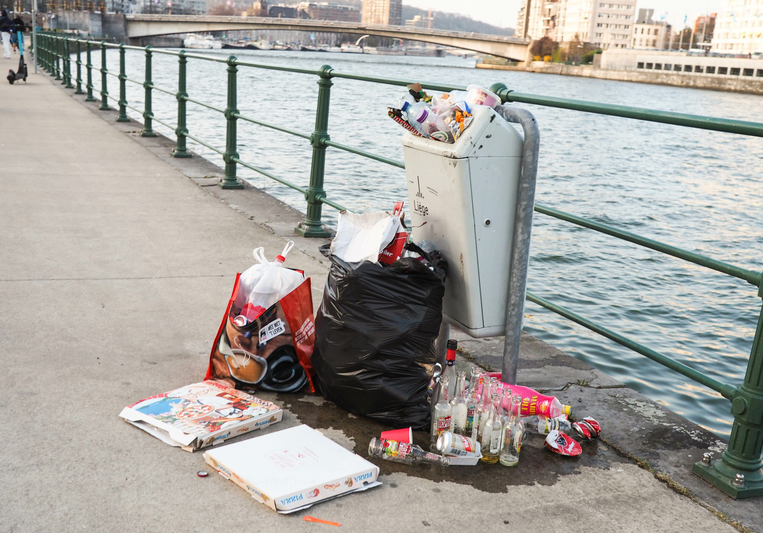 Toujours trop de déchets laissés après les fêtes organisées dans les parcs ou leurs abords