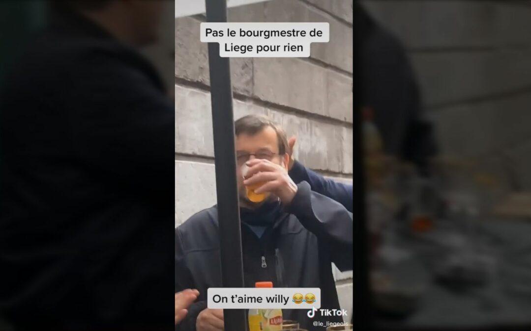 Le bourgmestre Demeyer afonne une bière: près de 15.000 likes et partages sur les réseaux sociaux