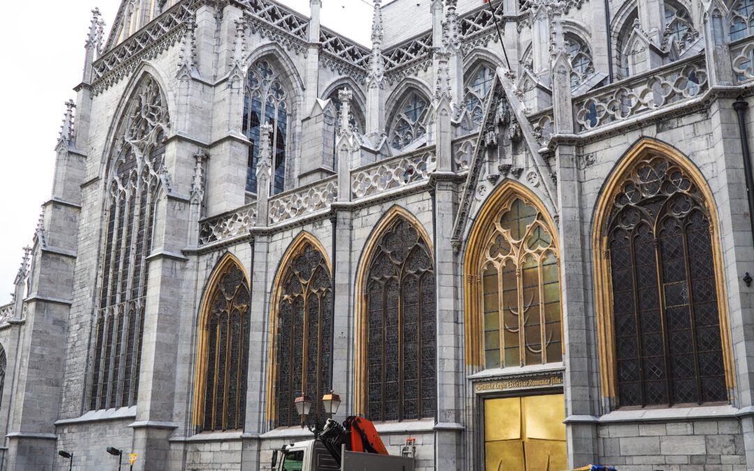 La cathédrale de Liège a une nouvelle porte d'entrée dorée et un nouveau vitrail