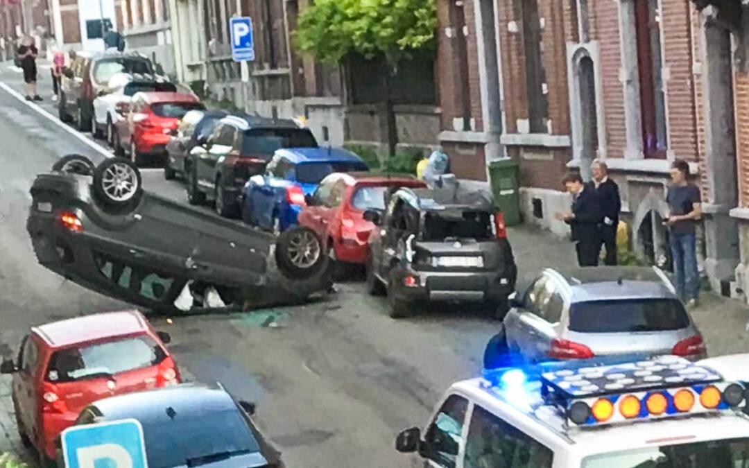 Laveu: une voiture atterrit sur le toit après une embardée rue Ambiorix